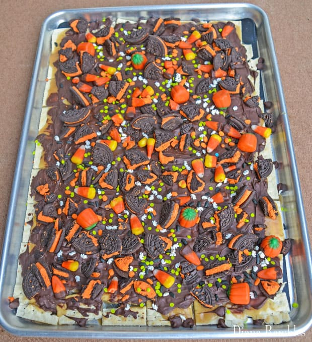 halloween-candy-toffee-bark-pan